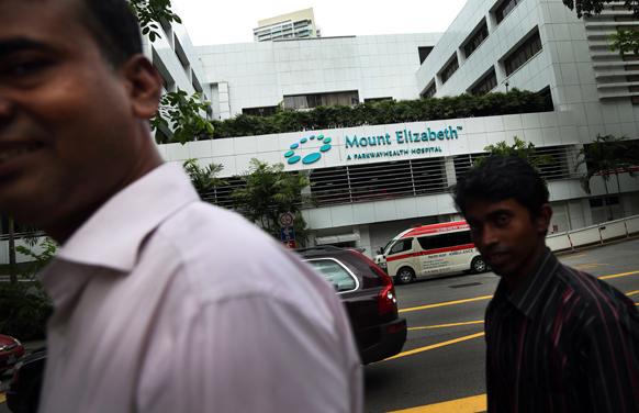 सिंगापुर के माउंट एलिजाबेथ अस्पताल के बाहर से गुजरते लोग। इस अस्पताल में ही दिल्ली गैंगरेप की पीडि़त युवती को इलाज के लिए भर्ती करवाया गया है।