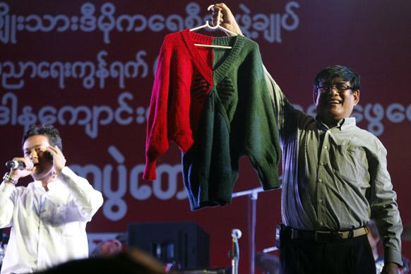 यांगून में धन जुटाने की मुहिम के तहत विपक्ष की नेता आंग सान सू ची द्वारा तैयार स्वेटर को नीलामी के लिए पेश करता एक व्यक्ति।