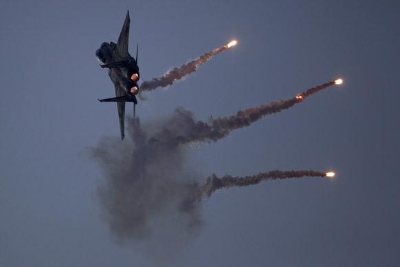 इजरायल के दक्षिणी शहर बीरसेबा के समीप वायु ठिकाने पर करतब दिखाते लड़ाकू विमान।