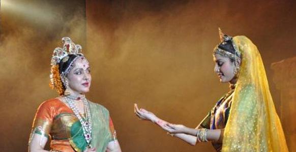 जया स्मृति 2012 के कार्यक्रम में स्टेज पर प्रस्तुति देती हुईं प्रसिद्ध अभिनेत्री हेमा मालिनी। इस कार्यक्रम के जरिये श्री शक्ति (महिलाओं की ताकत) को मनाया जाता है। (फोटो सौजन्य : पिंकविला)