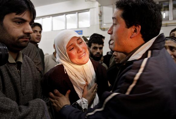 श्रीनगर के एक अस्पताल में घायल व्यक्ति की बहन।
