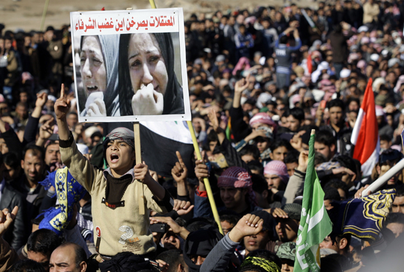 बगदाद में शिया नेतृत्व वाली सरकार के खिलाफ नारेबाजी करते लोग।
