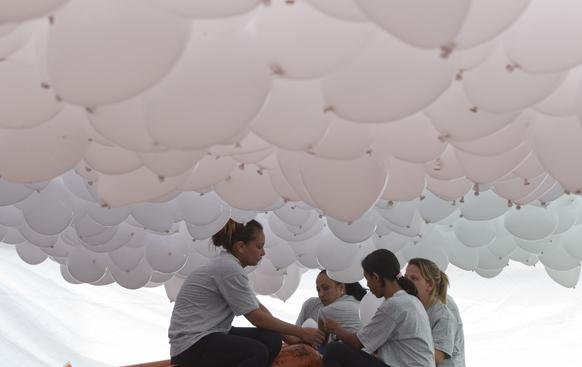 ब्राजील में नववर्ष के मौके पर बड़ी संख्या में गुब्बारे छोड़े जाएंगे।