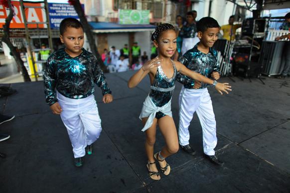 कोलम्बिया में साल्सा अकेडमी बच्चे नृत्य पेश करते हुए।