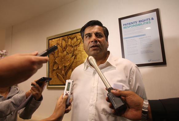 गैंगरेप की शिकार पीड़िता की मौत के बाद सिंगापुर के माउंट एलिजाबेथ अस्पताल में मीडियाकर्मी से बात करते भारतीय उच्चायुक्त टी.सी.ए. राघवन।
