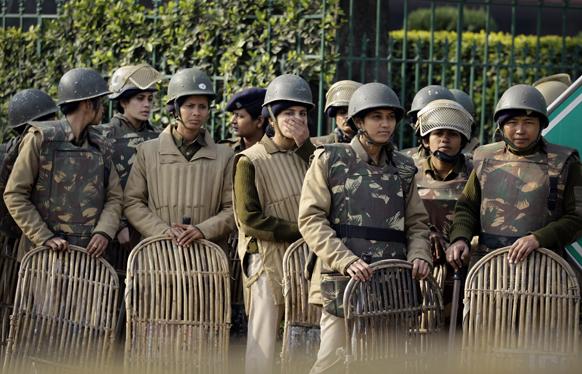 गैंगरेप पीडिता की मौत के बाद दिल्ली में बड़े पैमाने पर पुलिस को तैनात किया गया।
