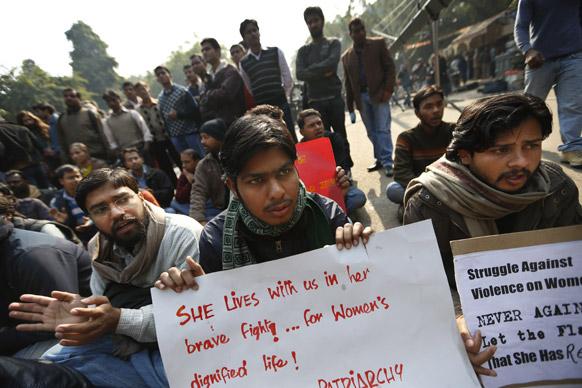 नई दिल्ली में गैंगरेप की शिकार हुई छात्रा की मौत के बाद शांतिपूर्वक प्रदर्शन करते लोग।