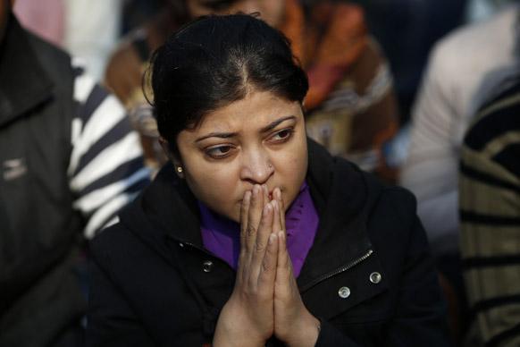 दिल्ली गैंगरेप की शिकार हुई छात्रा की मौत के बाद नई दिल्ली में श्रद्धांजलि देने जुटे लोग के बीच शोक संतप्त महिला।
