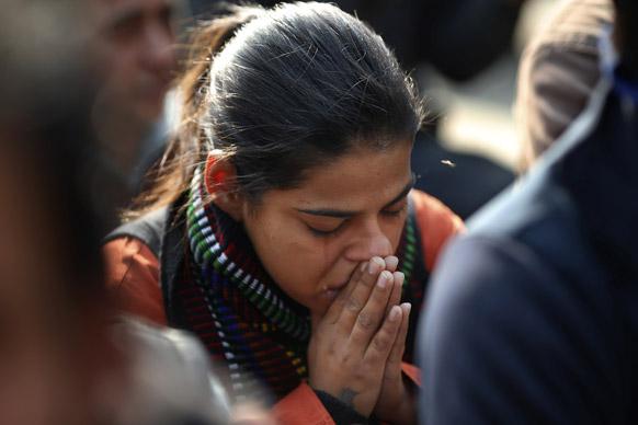 नई दिल्ली में गैंगरेप पीड़िता की मौत के बाद शोक व्यक्त करने जुटे लोगों के बीच एक महिला रोती हुई।