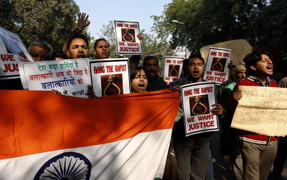 नई दिल्ली में गैंगरेप पीड़िता की मौत के बाद बलात्कारियों को फांसी की मांग करते लोग।