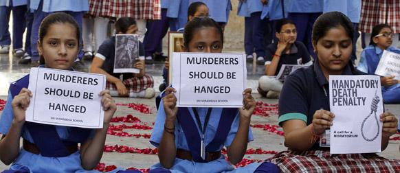 दिल्ली गैंगरेप पीड़ित छात्रा की मौत के बाद अहमदाबाद में शोक व्यक्त करतीं स्कूली छात्राएं।