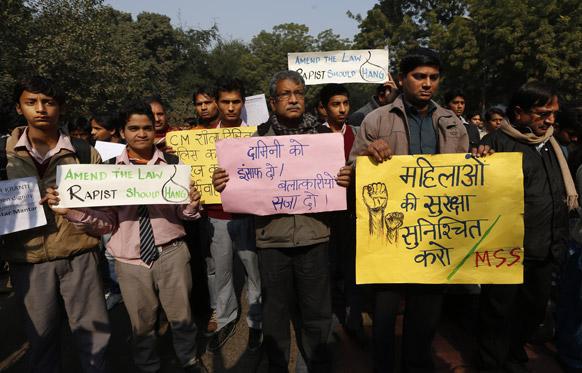 दिल्ली गैंगरेप की शिकार हुई छात्रा की मौत के बाद दिल्ली में लोगों ने शांतिपूर्वक श्रद्धांजलि दी।