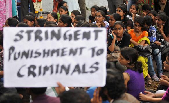 दिल्ली गैंगरेप पीड़ित छात्रा की मौत के बाद बैंगलोर में शोक व्यक्त करने के लिए एकत्र हुईं छात्राएं।
