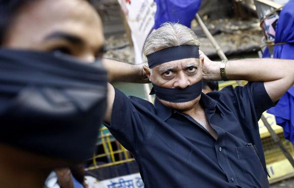 दिल्ली गैंगरेप पीड़ित छात्रा की मौत के बाद मुंबई में लोगों ने काली पट्टी बांध कर शोक व्यक्त किया।