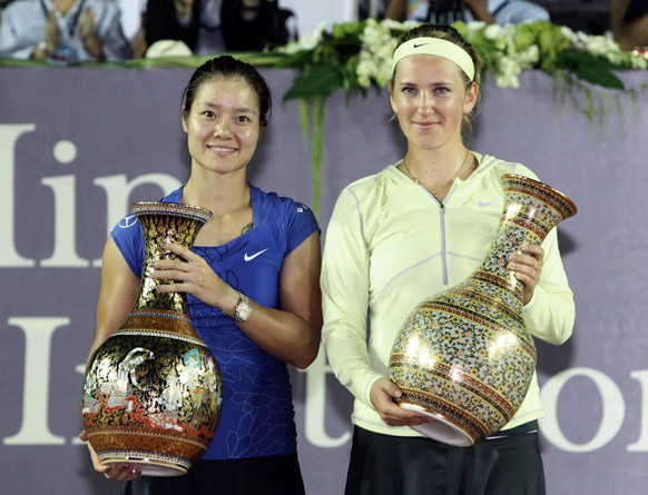 थाईलैंड के हुवा हिन में टेनिस आमंत्रण मैच में ट्राफी जीतने के बाद पोज देते हुए चीन की ली ना (बाएं) और बेलारूस के विक्टोरिया अजारेंका।