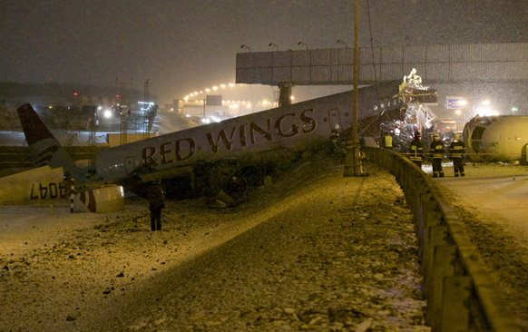 मॉस्को में नूकोवो एयरपोर्ट के रनवे पर एक विमान के फिसलने के बाद बचाव में लगे राहतकर्मी।