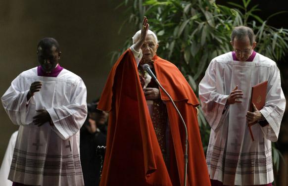 सेंट पीटर स्क्वायर में एकत्रित हुए लोगों को आर्शीवाद देते हुए पोप बेनेडिक्ट 16वें।