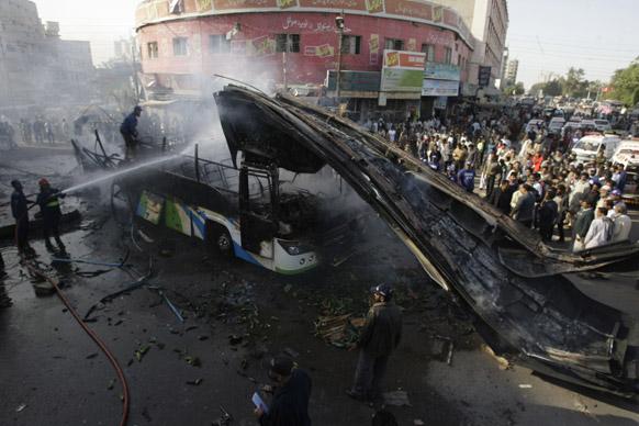 कराची में एक धमाके के बाद फैले आग को बुझाते हुए पाकिस्तानी दमकलकर्मी।