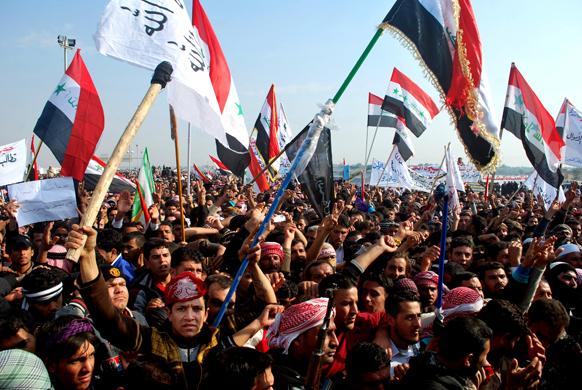 बगदाद में शिया नेतृत्व वाली सरकार के खिलाफ विरोध-प्रदर्शन करते प्रदर्शनकारी।