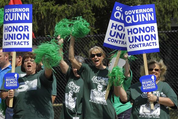 रोजगार, पेंशन को लेकर इलिनोइस सरकार पैट क्विन का विरोध करते यूनियन सदस्य, समर्थक एवं मजदूर नेता।