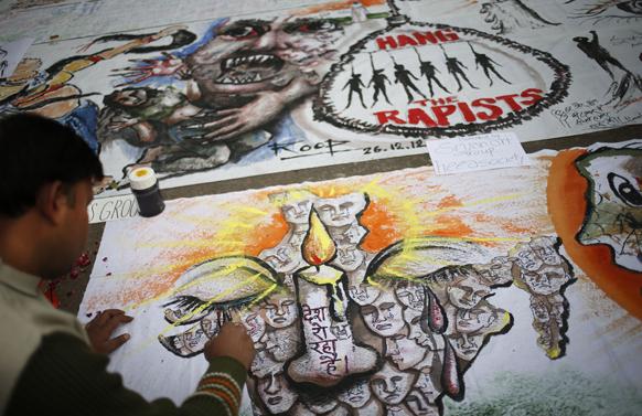 दिल्ली गैंगरेप की घटना के बाद नई दिल्ली में महिलाओं की सुरक्षा से सम्बंधित चित्र बनाता एक चित्रकार।