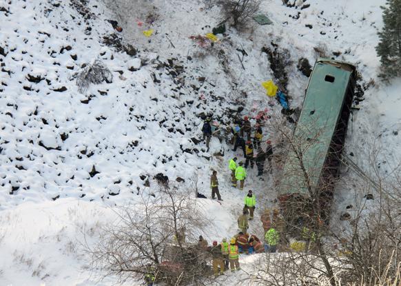 अमेरिका के ओरेगन में एक टूर बस के पलट जाने के बाद घटनास्थल पर पहुंचे राहत एवं बचावकर्मी।