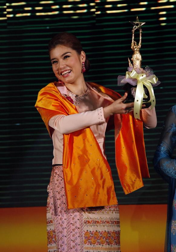 यांगून में म्यांमार मोशन पिक्चर अकेडमी अवार्ड के दौरान सर्वश्रेष्ठ अभिनेत्री के खिताब के साथ अभिनेत्री मेलोडी।