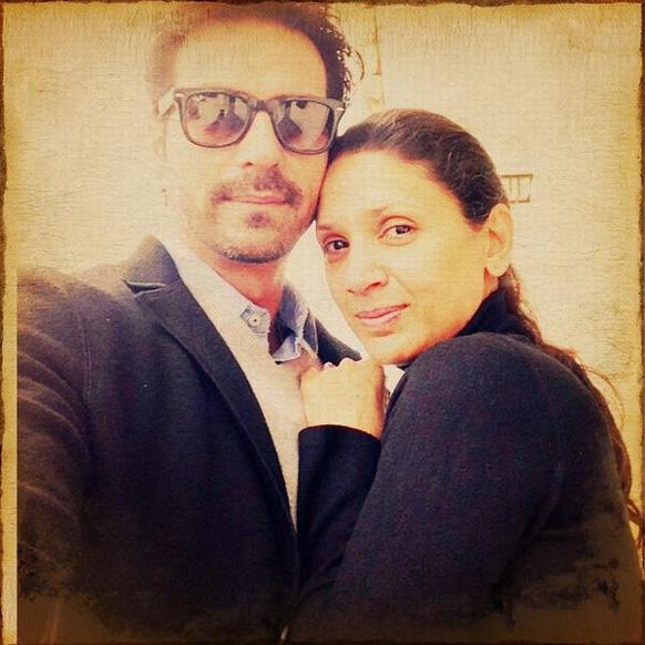 अमृतसर स्थित स्वर्ण मंदिर जाते समय अभिनेता अर्जुन रामपाल ने अपनी और अपनी पत्नी मेहर जेसिया रामपाल की तस्वीर पोस्ट की है।