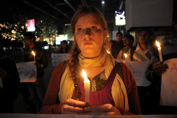 दिल्ली गैंगरेप पीड़िता को कोलकाता में एक विदेशी महिला ने मोमबत्ती जलाकर श्रद्धांजलि दी।