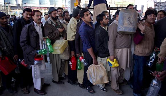 पाकिस्तान के रावलपिंडी में पेट्रोल लेने के लिए लोग कतार में खड़े है।