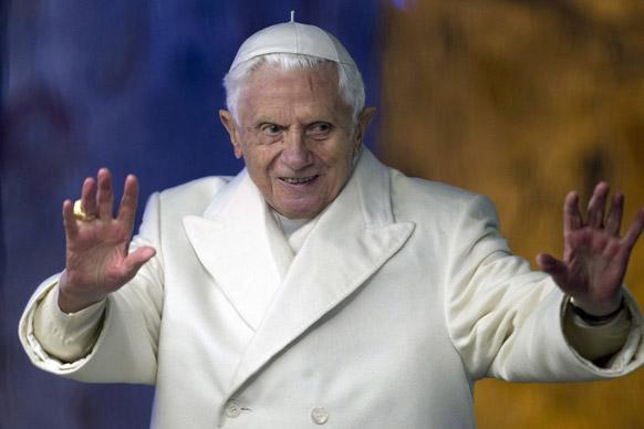 वेटिकल सिटी के सेंट पीटर स्कवायर पर पोप बेनेडिक्ट 16वें।