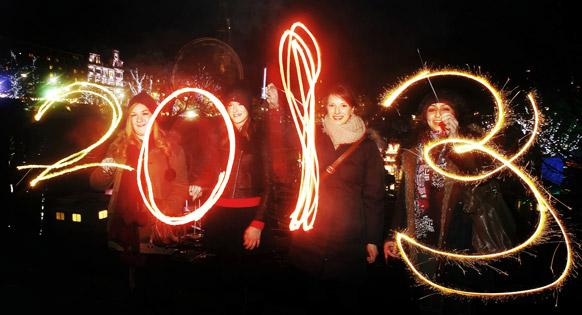 स्कॉटलैंड में कुछ इस अंदाज में लोगों ने नए साल का स्वागत किया।