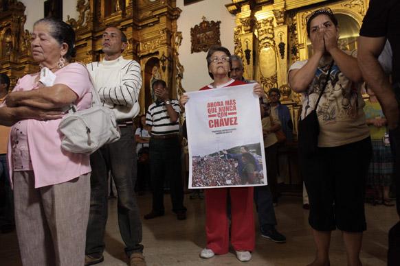 वेनेजुएला में एक चर्च के बाहर प्रदर्शन करते लोग।