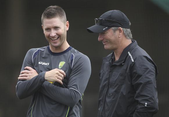सिडनी में श्रीलंका के खिलाफ तीसरे टेस्ट से पहले अभ्यास सत्र के दौरान पूर्व कप्तान स्टीव वॉ से बात करते हुए कप्तान माइकल क्लार्क।