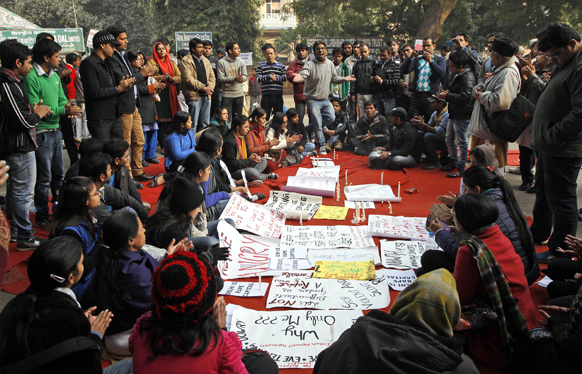 नई दिल्ली में गैंगरेप पीडि़ता की मौत के बाद विरोध प्रदर्शन के दौरान नारे लगाता हुआ लोगों का समूह।