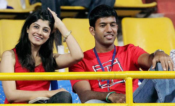 एटीपी चेन्न्ई ओपेन टेनिस टूर्नामेंट के दौरान एक मैच का लुत्फ उठाते हुए भारतीय टेनिस खिलाड़ी रोहन बोपन्ना और उनकी पत्नी सुप्रिया।