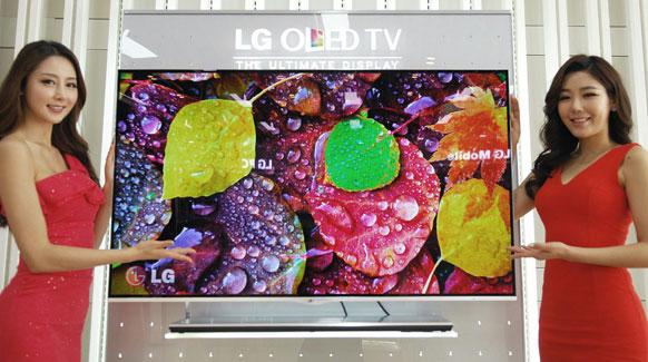 दक्षिण कोरिया के सियोल में एक कार्यक्रम के दौरान एलजी इलेक्ट्रोनिक्स के ऑर्गेनिक लाइट एमिटिंग डायोड (ओएलईडी) टीवी के साथ पोज देती हुई मॉडल्स।