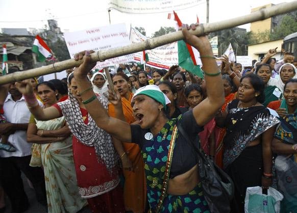मुंबई में झोपड़पट्टी हटाओ अभियान के खिलाफ नारेबाजी करते स्थानीय लोग।