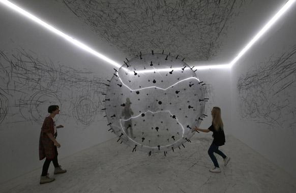 रूस में आर्ट एक्जीबिशन का एक दृश्य।