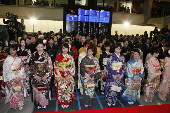 टोक्यो में टोक्यो स्टॉक एक्सचेंज की पारंपरिक ओपनिंग सेरेमनी का एक दृश्य।