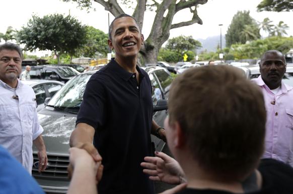 हवाई में लोगों से मिलते अमेरिकी राष्ट्रपति बराक ओबामा।