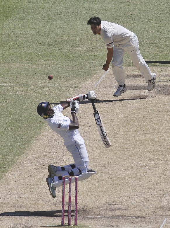 सिडनी में श्रीलंका का नुवान प्रदीप ऑस्ट्रेलिया के मिशेल जॉन्सन की बॉल का सामना करते हुए।