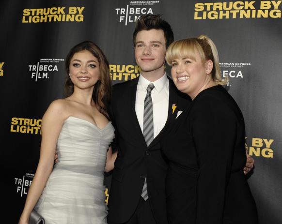 लॉस एंजिल्स के चाइनीज 6 थियेटर में 'स्टक बाइ लाइटिंग' के प्रीमियर के दौरान (बाएं से) अभिनेत्री सारा हेलेंड, अभिनेता क्रिस कोल्फर और अभिनेत्री रेबेल विलसन।