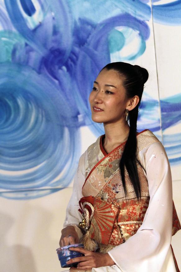 कोलकाता में आर्ट एंड कल्चर फोल्क फेस्टिवल के दौरान जापानी पेंटर सौउरी कांडा कैनवास पर तस्वीर बनाती हुईं।