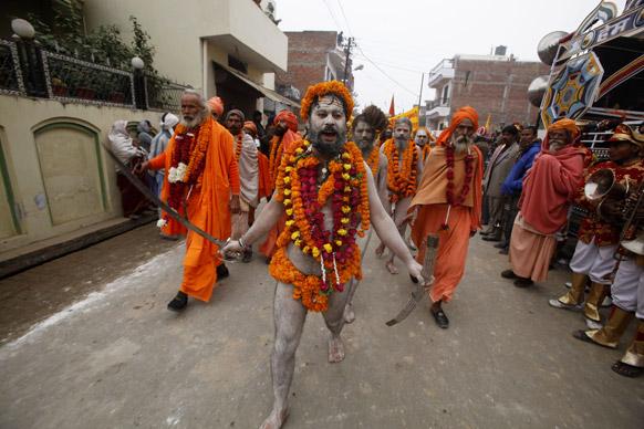 आनंद अखाड़ा समूह का एक नागा साधु संगम में स्नान के लिए जाता हुआ।