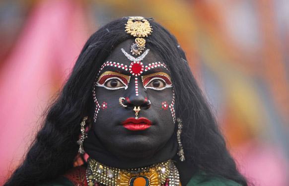 इलाहाबाद में महाकुंभ की तैयारियों के मद्देनजर एक व्यक्ति ने देवी मां काली के समान अपनी वेशभूषा बनाई।