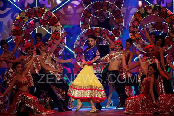 ज़ी सिने अवॉर्ड्स 2013 के मौके पर अपना जलवा दिखाती अनुष्का शर्मा।