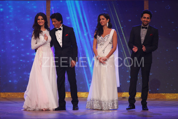 ज़ी सिने अवॉर्ड्स 2013 के मौके पर शाहरूख खान  और अनुष्का शर्मा, साथ में है कैटरीना और आयुष्मान खुराना।