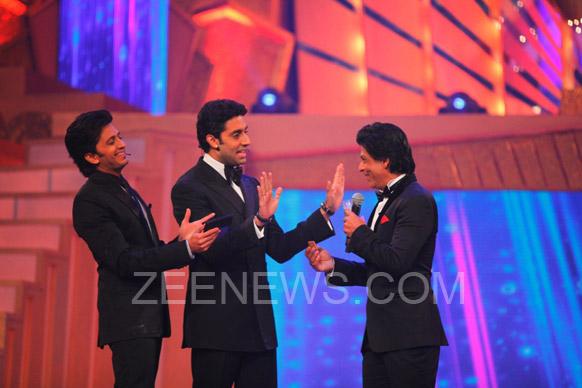 ज़ी सिने अवॉर्ड्स 2013 समारोह के दौरान शाहरूख,अभिषेक और रितेश देशमुख हंसी ठिठोली करते हुए।