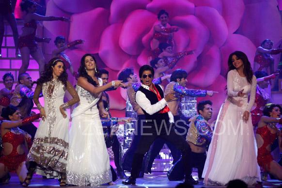 इस मौके पर शाहरूख ने कई अभिनेत्रियों के साथ ठुमके लगाए। ज़ी सिने अवार्ड्स का प्रसारण 20 जनवरी को किया जाएगा।